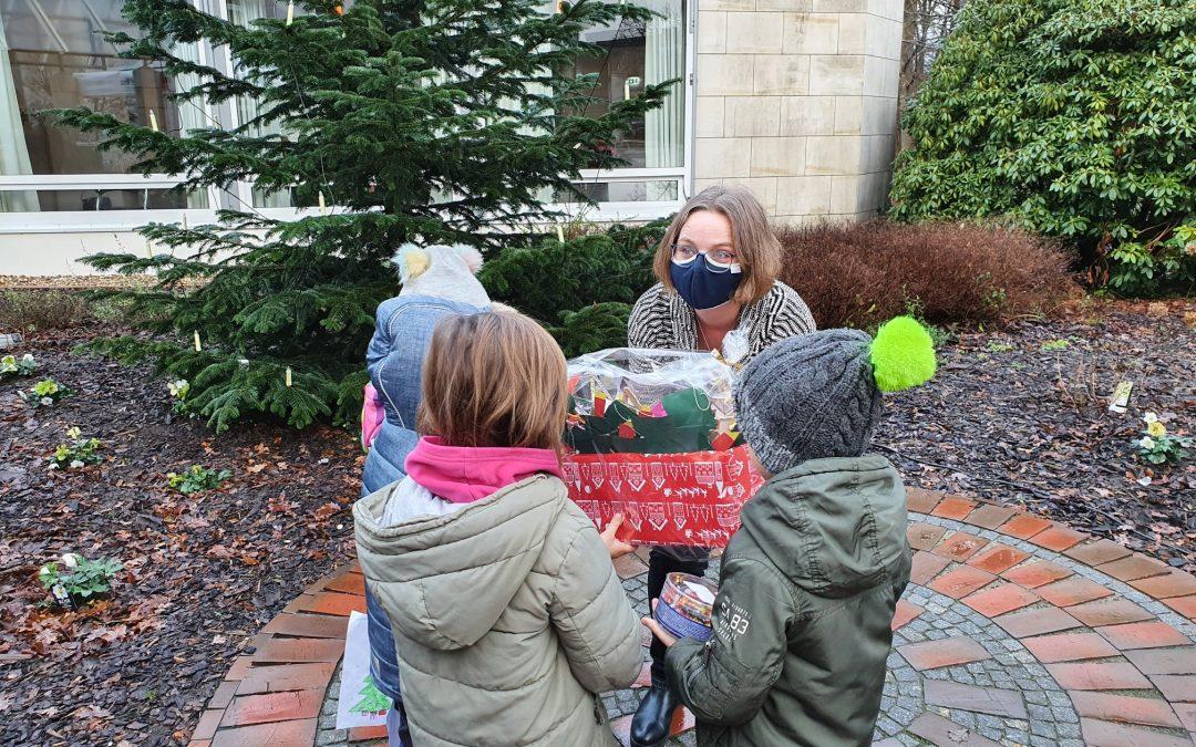 Kinder bringen Senioren Geschenke
