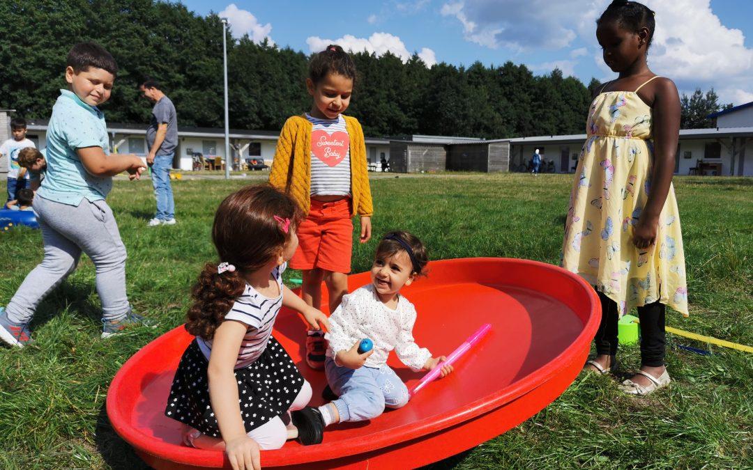 Spielmobil vor Ort beim Flüchtlingswohnheim